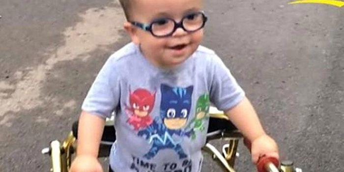 Chłopczyk z rozszczepem kręgosłupa podbija media. Lekarze są w szoku!
