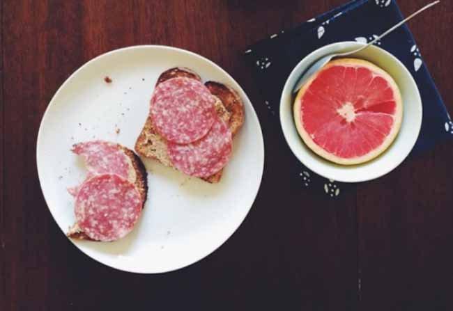 Owoce i tosty z masłem