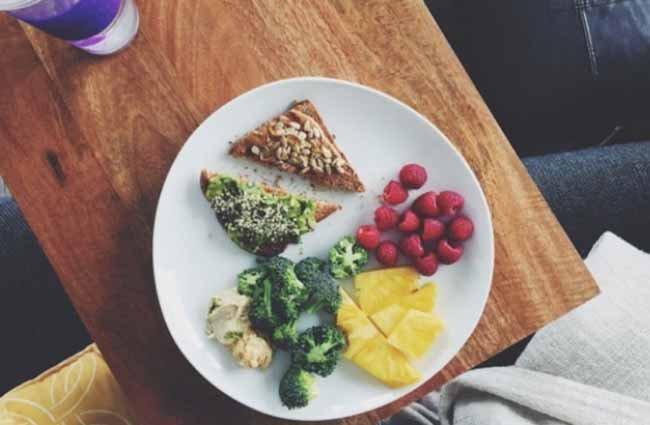 warzywa wraz z pożywnym tostem