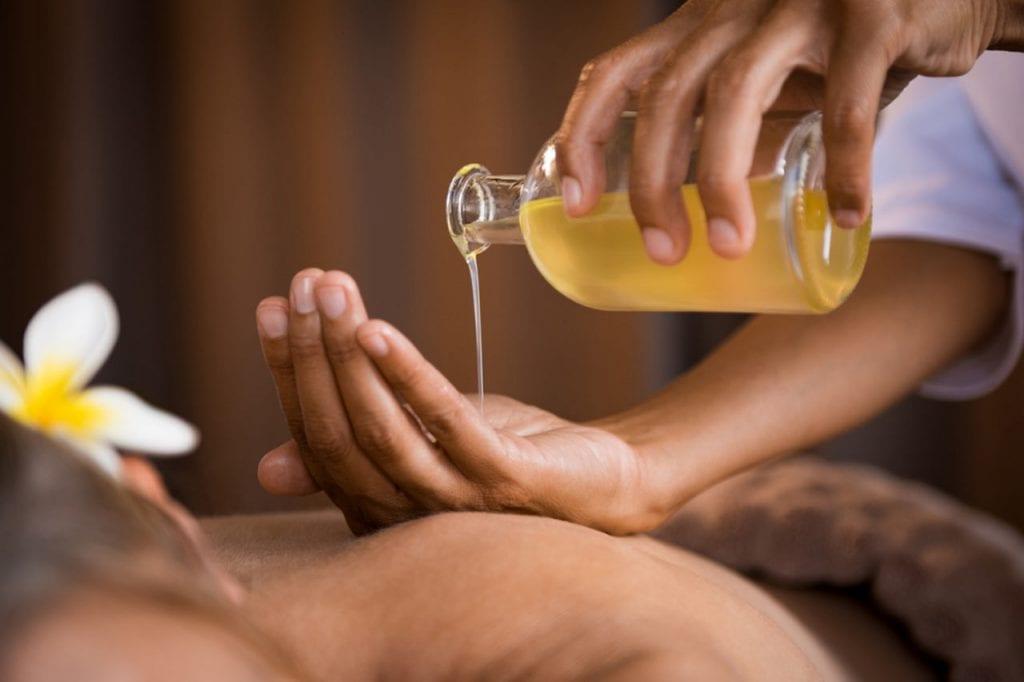 Masaż z zastosowaniem olejków